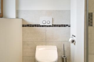 Bad-Renovierung Feldkirchen-Westerham mit Dusch-WC von Geberit