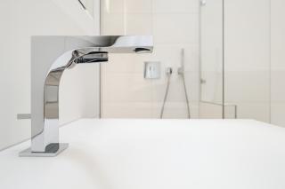 Bad in Dachgeschosswohnung München-Schwabing mit Waschtischarmatur von Keuco