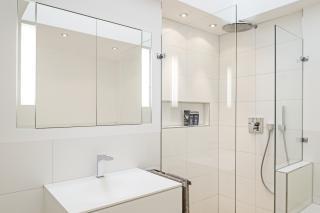 Bad in Dachgeschosswohnung München-Schwabing mit bodenebener Walk-in-Dusche