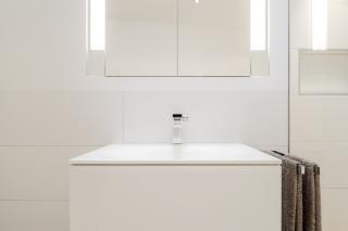 Bad in Dachgeschosswohnung München-Schwabing mit flächenbündigem Spiegelschrank